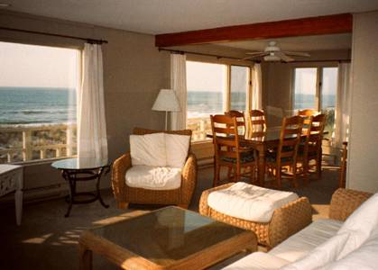 The dining area includes the southern beach view.